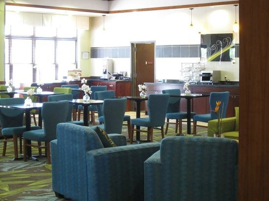Fairfield Inn & Suites Alamogordo: Breakfast room.  You could sit and watch the fishtank while having breakfast