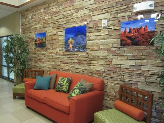 Fairfield Inn & Suites Alamogordo: Beautiful furnishings by the first floor elevator - near the pool