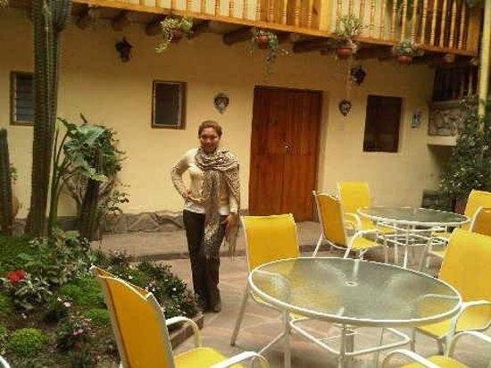 Apu Huascaran Hostal: Patio del Hostal muy acogedor