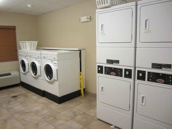 Candlewood Suites Fort Stockton: Wonderful FREE laundry room.