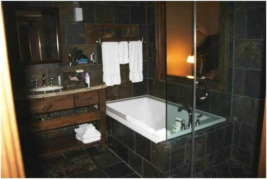 White Buffalo Club - Hotel: royal bathroom
