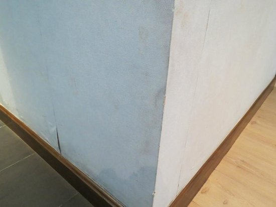 S Sukhumvit Suites : Walls coverings showing a great deal of wear and stains