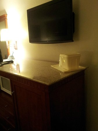 Rodeway Inn & Suites: Nice flat screen mounted to the wall