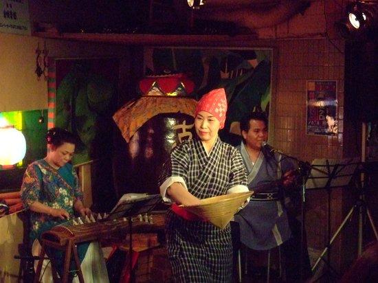 Shimautaparadaisu: 琉球舞踊を披露しています。