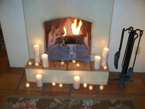 Casa de Tres Lunas: A second fireplace decorated with candles