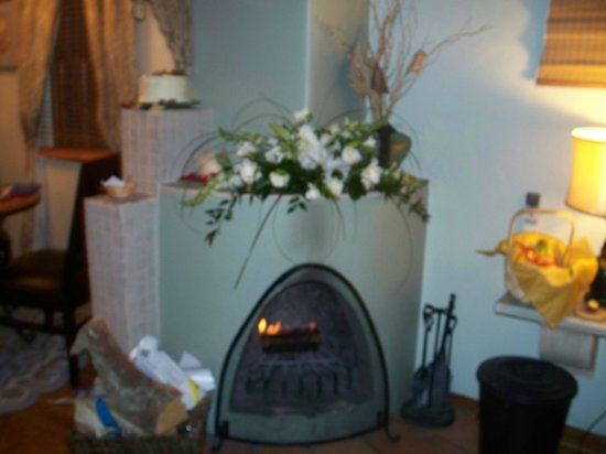 Casa de Tres Lunas : elegant in-room fire place