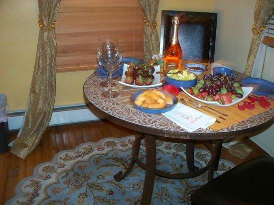 Casa de Tres Lunas : Cozy dining area for two
