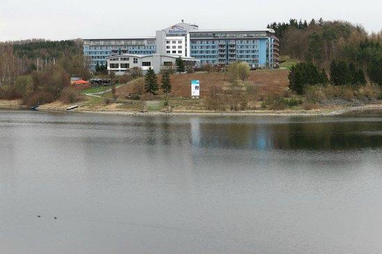 Bio-Seehotel Zeulenroda: von der Seebrücke aus (Südwest) Gartenanlage