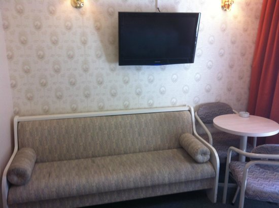 Arden Motel: Mini Couch - Mini Table & Chairs - TV