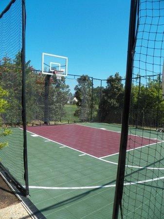 Staybridge Suites Eastchase Montgomery: Half basketball court.
