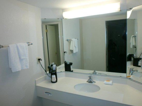 La Quinta Inn Fresno Yosemite : Baño en dos salas