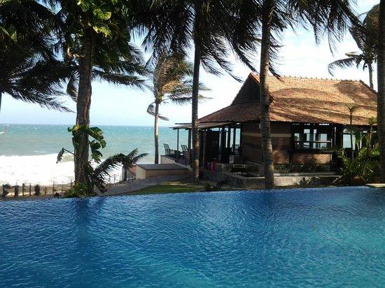 Sunshine Beach Ressort: Pool and Restaurant in background