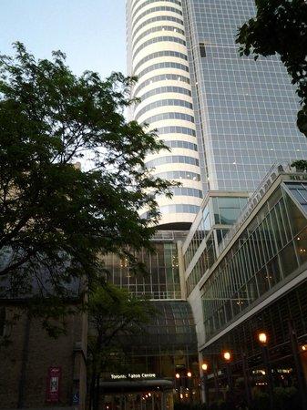 Toronto Marriott Downtown Eaton Centre Hotel: The Toronto Eaton Centre adjacent to the hotel.