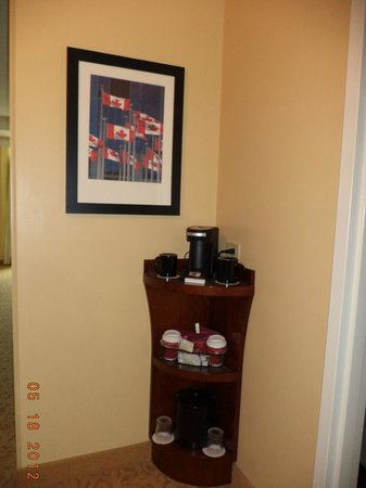 Toronto Marriott Downtown Eaton Centre Hotel: The coffee maker & tea provided in the room.