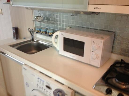 Prime Guesthouse: kitchenette with microwave, hot water boiler, stove