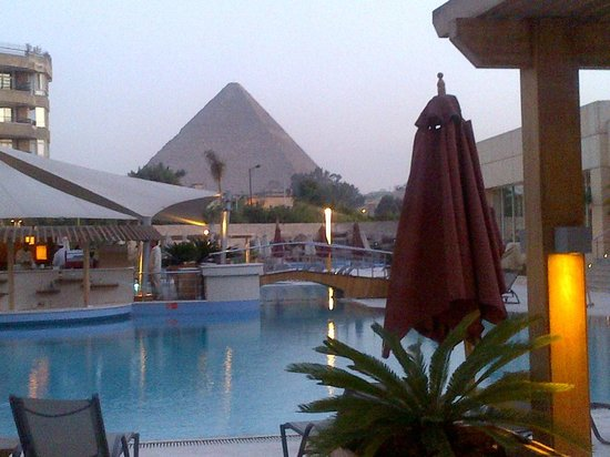 Le Meridien Pyramids Hotel & Spa: The Pyramids view from the Pool