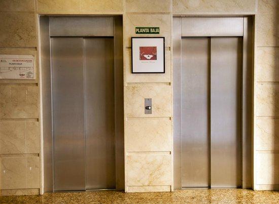 Hotel Mainake: Ascensores