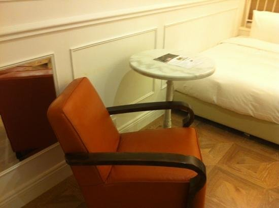Mini Hotel Causeway Bay Hong Kong : a small table n arm chair to eat and laze around