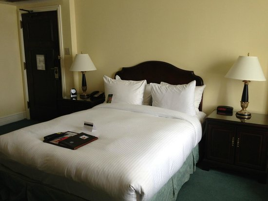 Fairmont Hotel Vancouver: Extremely comfortable bed.