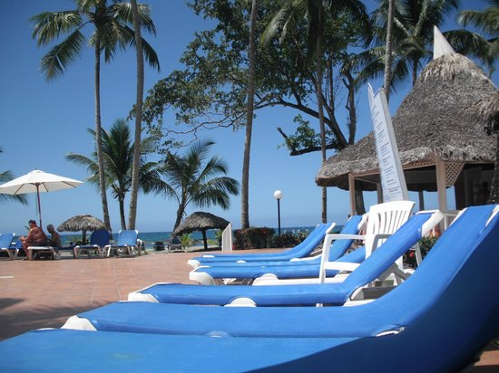 Grand Bahia Principe San Juan: gold club pool plenty of chairs great bar