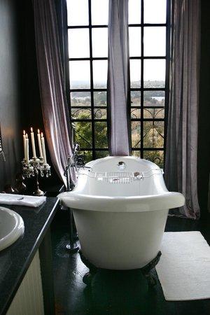 Zietsies: En-suite bathroom to Bedroom two - Kooier