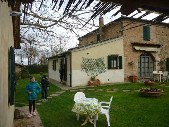 Farmhouse Il Fienile: scorcio del giardino