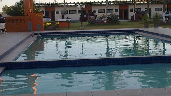 Hotel Pousada Lord: Vista da piscina e apartamentos.