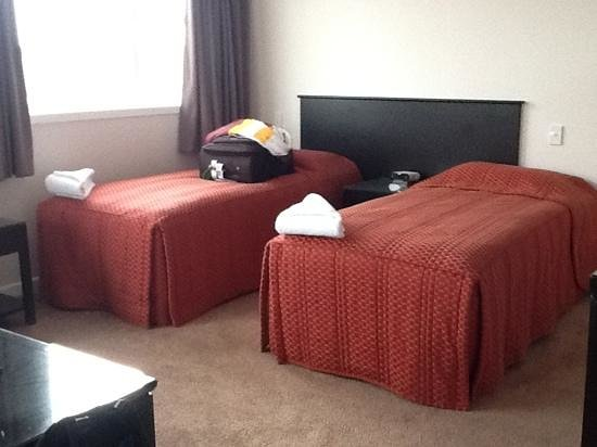 Capital View Motor Inn: twin beds in living area, penthouse suite