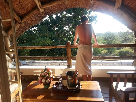 Ilala Lodge: Covered patio with champagne on arrival!