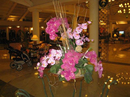 Grand Bahia Principe La Romana: flowers in he lobby
