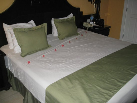 Grand Bahia Principe La Romana: cleaning lady added cute flowers to our bed on our last night
