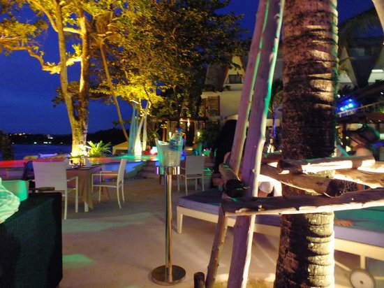 Re Ka Ta Beach Club: Very romantic at night