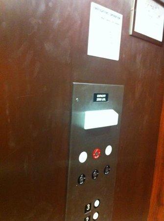 Jameson Inn & Suites: elevator wall
