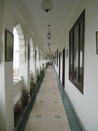 Heritage Khandwa Haveli Hotel: The hallway leading to our room.