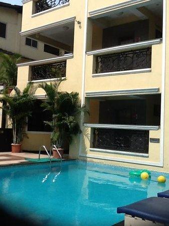 Resort De Coracao: вид с бассейна на отель