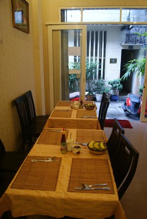 โรงแรมลวนวู: Breakfast area, together with small hotel lobby..