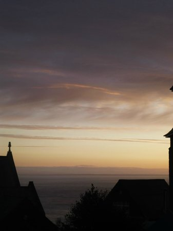 Castle Hill Guest House: Sunrise and sea from our window!