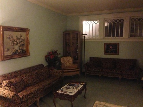 Enid, Оклахома: Living room that's open to use for everyone