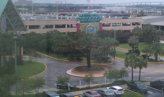 Isle of Capri Casino Hotel Lake Charles: View of parking lot and ship channel from our room