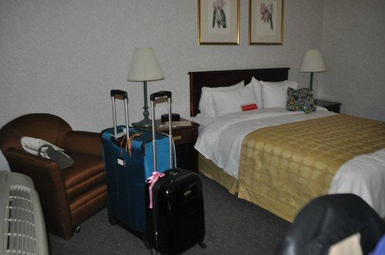 Ramada Boston: la habitación, también había escritorio y pantalla plana tv