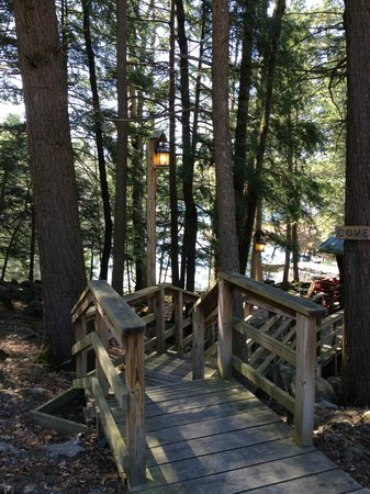 Hideaway Waterfront Cottages: Stairs to cottage