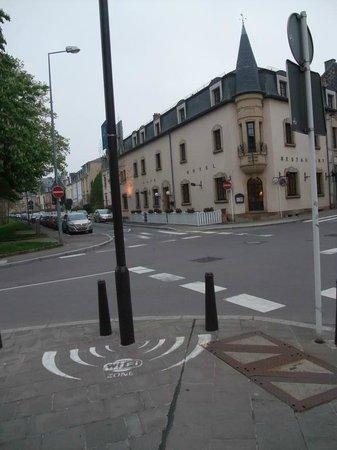 Hotel Le Chatelet: 近くの屋外にもあるWIFIゾーン