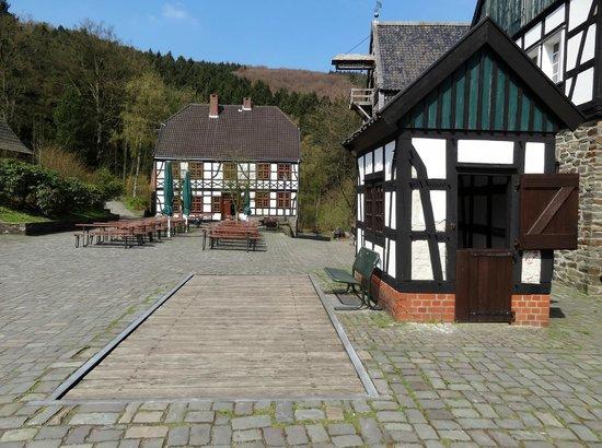 Freilichtmuseum: Brückenwaage mit Gasthof im Hintergrund