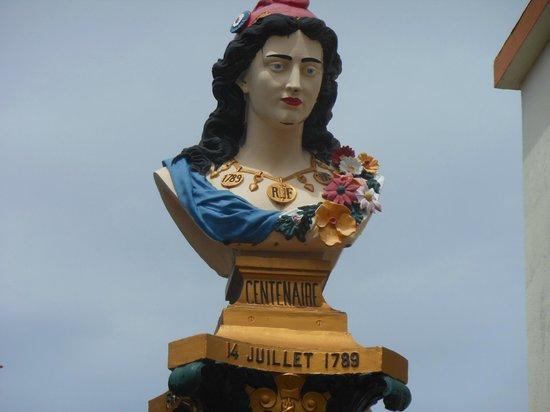 Route de la Traversee: Buste de Marianne à Pointe Noire