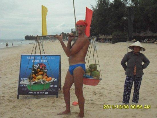 Bamboo Village Beach Resort & Spa: Разносчик фруктов на пляже