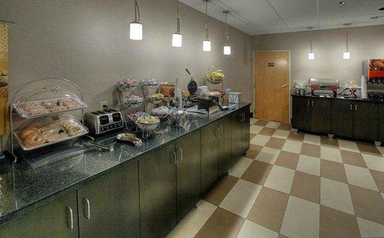Hampton Inn Tuscaloosa -East : Hampton Inn Tuscaloosa East Hotel Breakfast Center