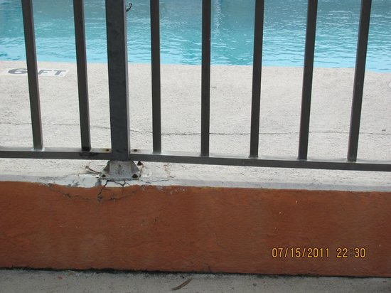 Travelodge Suites Saint Augustine: Broken fence, fence wobbled very much
