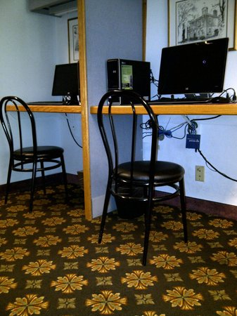 Clarion Hotel Palmer Inn: Computers for guests with cable mess and not much room to work