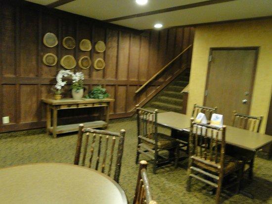 Comfort Inn Flagstaff : Breakfast seating near the Lobby