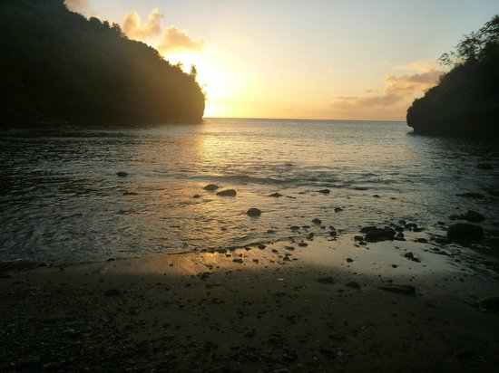 Villa Pomme d'Amour: sunset at the cove